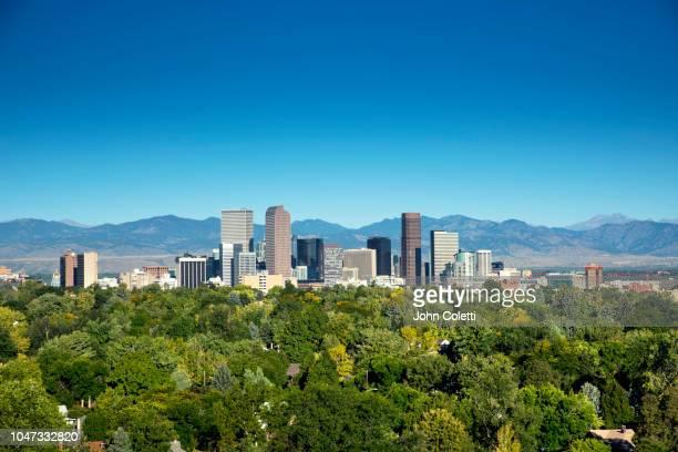 skyline, neighborhoods, front range, rocky mountains, denver, colorado - denver stock-fotos und bilder