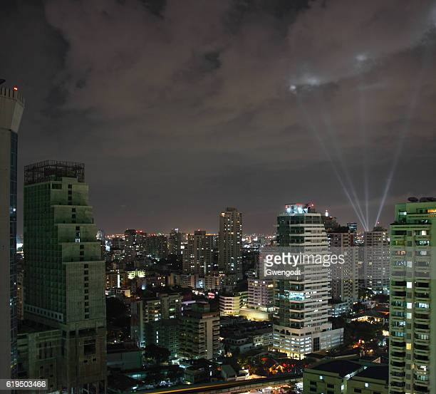 skyline of bangkok by night - gwengoat stock-fotos und bilder
