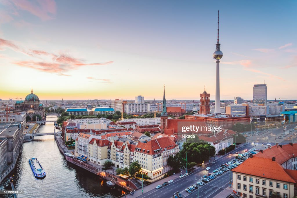 Skyline of Berlin (Germany) with TV Tower at dusk : Foto de stock