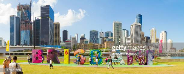 布裡斯班的天際線與g20布裡斯班標誌在南岸,昆士蘭州,澳大利亞 - brisbane 個照片及圖片檔