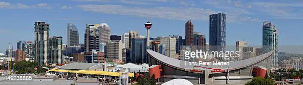 skyline of calgary with sattledome, alberta, canad - kanada stock pictures, royalty-free photos & images