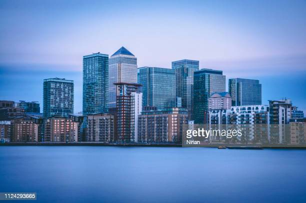 skyline of canary wharf - canary wharf stock pictures, royalty-free photos & images