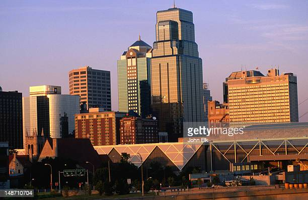 skyline of city. - kansas city missouri stock-fotos und bilder