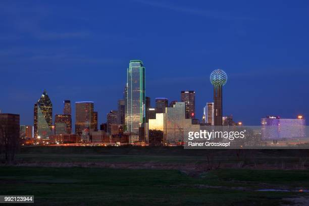 skyline of dallas at night - rainer grosskopf stock-fotos und bilder