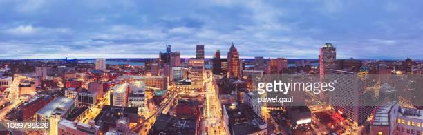 空中夕暮れ時ミシガン州デトロイトのスカイライン - デトロイト ストックフォトと画像
