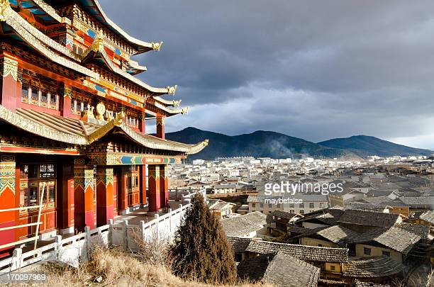 skyline of downtown shangri-la in the sunset - yunnan province stock pictures, royalty-free photos & images