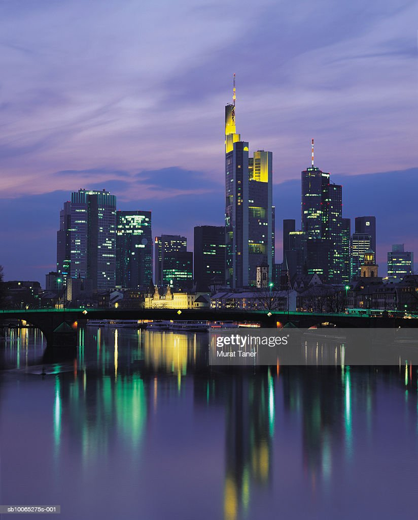 Skyline of Frankfurt reflecting in Main River at dusk : Foto stock