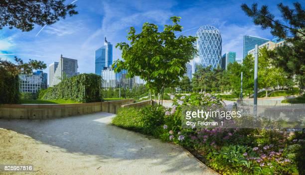 skyline of la defense in paris in summer - city life photos et images de collection
