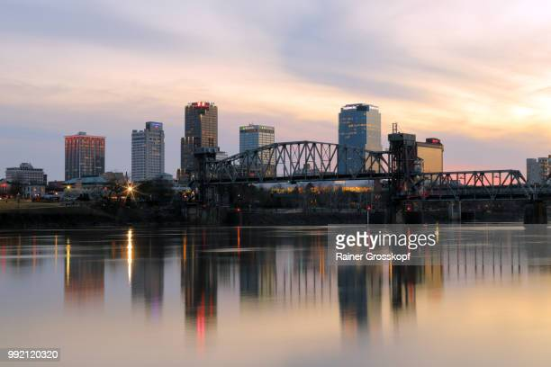 skyline of little rock and arkansas river - rainer grosskopf foto e immagini stock
