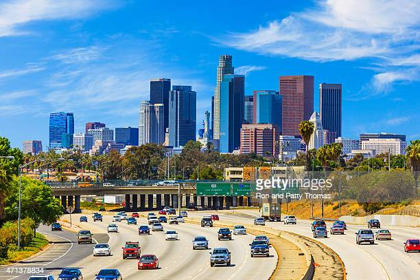 skyline of los angeles with freeway traffic,ca - de stad los angeles stockfoto's en -beelden