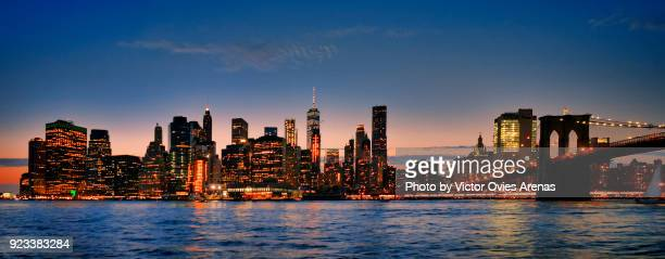 skyline of manhattan from the east river with brooklyn bridge at twilight, new york, usa - victor ovies fotografías e imágenes de stock