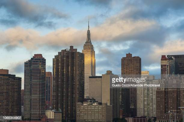 skyline of manhattan from the queens - image stock-fotos und bilder