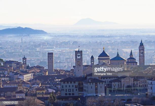 skyline of medieval city of bergamo,  misty winter mood - bergame photos et images de collection