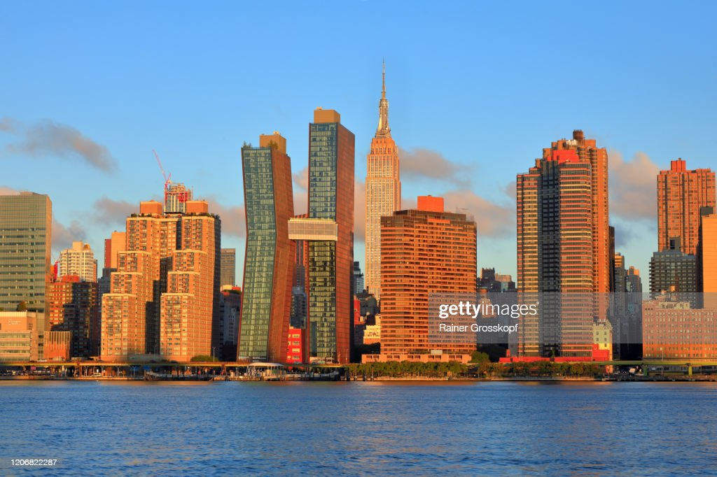 Skyline of Midtown Manhattan with the Empire State Building at sunrise : Stock-Foto