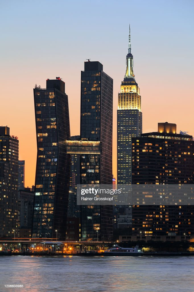 Skyline of Midtown Manhattan with the illumiated Empire State Building at sunset : Stock-Foto