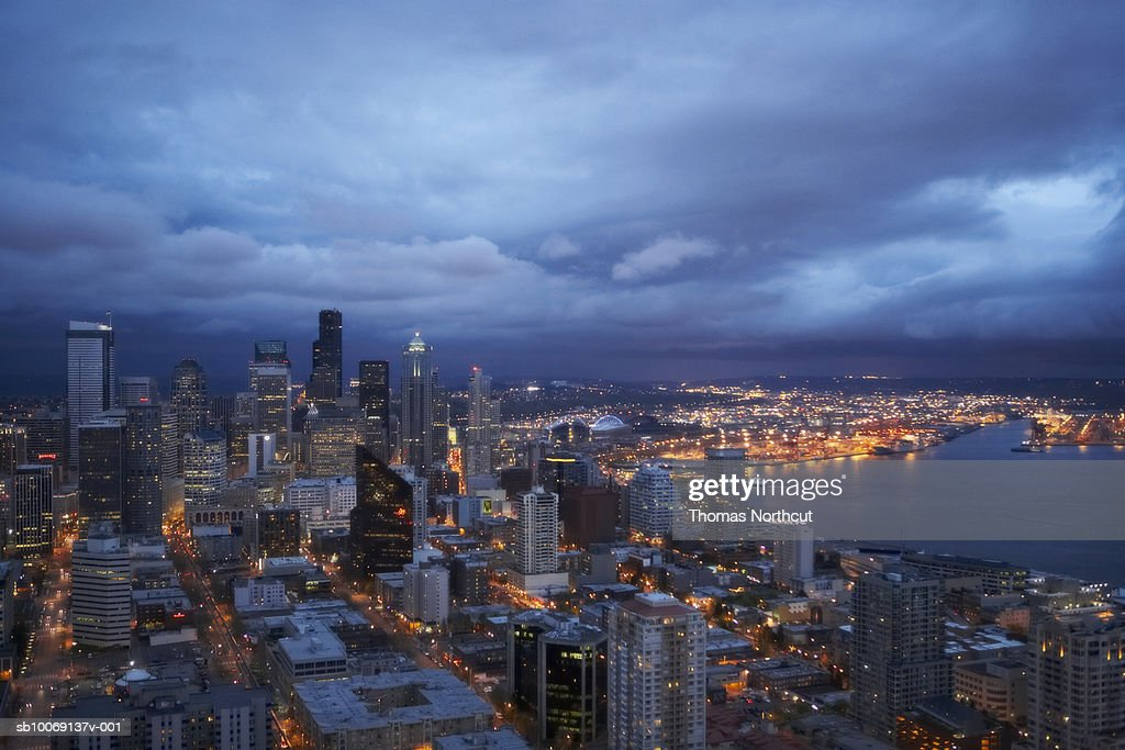 Skyline of modern city and harbor at dusk, aerial view : Stockfoto