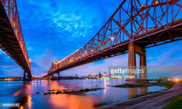 skyline of new orleans with mississippi river at dusk - gulf coast states stockfoto's en -beelden