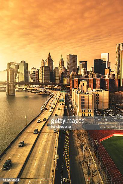 horizonte da cidade de nova york com a ponte do brooklyn - queens new york city - fotografias e filmes do acervo