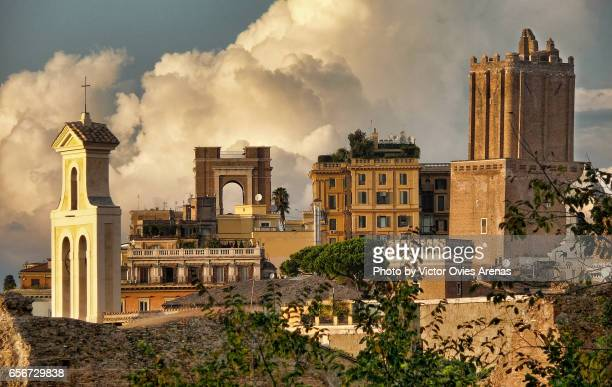 skyline of rome from the palatino at sunset: basilica santi cosma e damiano (left) and tower of milizie (righ) in rome, italy - victor ovies fotografías e imágenes de stock