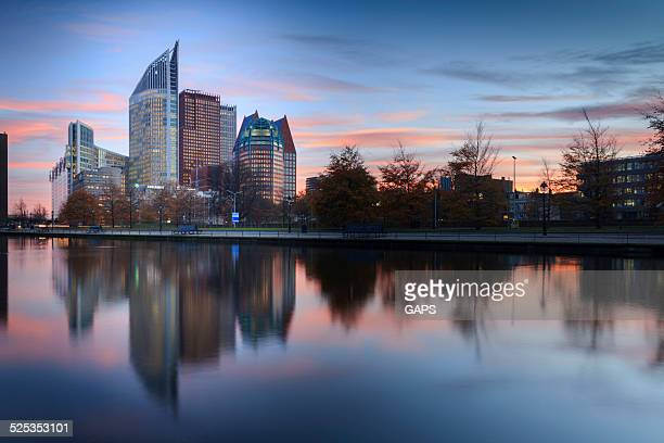 skyline of the hague with its modern architecture at dusk - den haag stockfoto's en -beelden