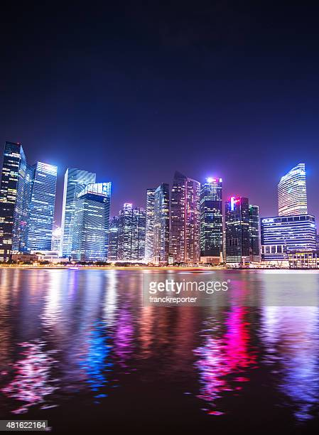 skyline of the singapore downtown at night from the marina - waterkant stockfoto's en -beelden
