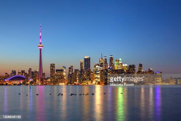skyline of toronto with the iconic cn tower - massimo pizzotti foto e immagini stock