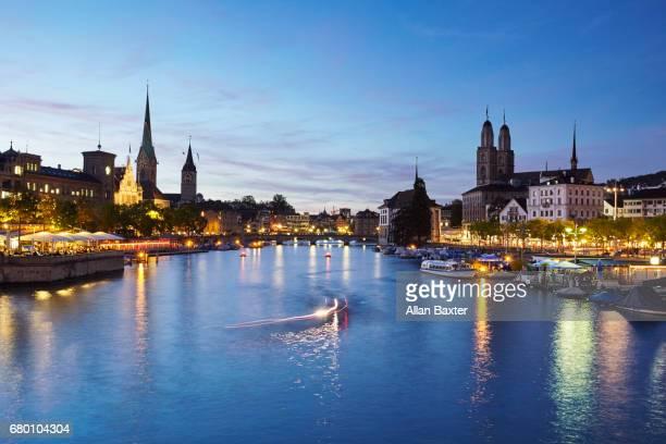 skyline of zurich's aldstadt and limmat river - rio limmat - fotografias e filmes do acervo