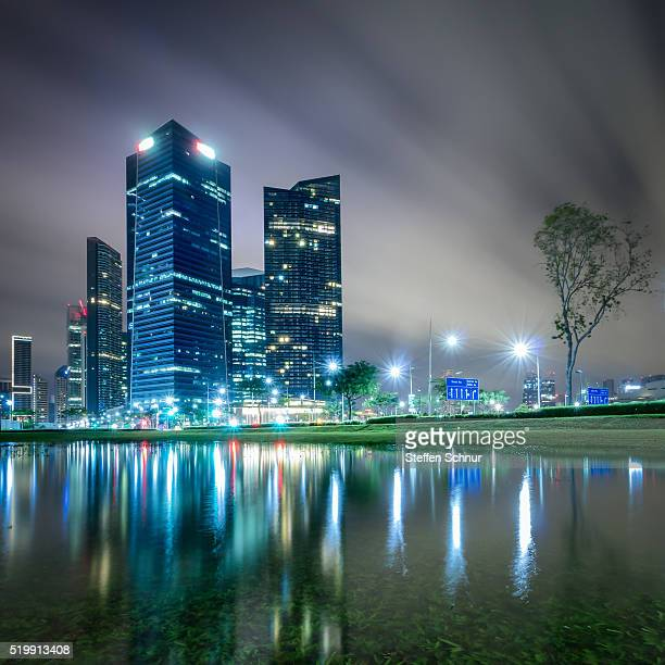 skyline reflected in water singapore nature and city - etalement urbain photos et images de collection
