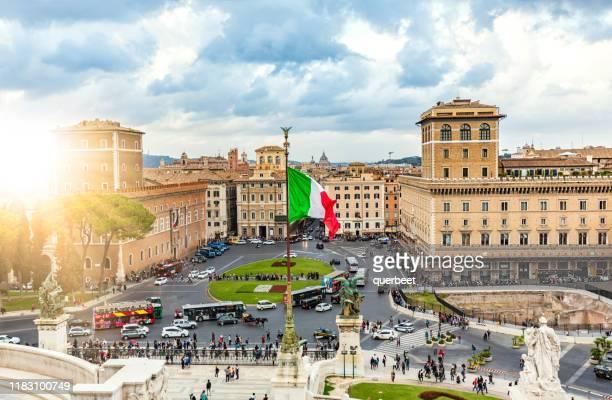 skyline roma con bandera italiana - bandera italiana fotografías e imágenes de stock