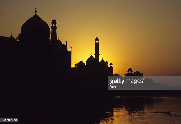 skyline silhouette of taj mahal, agra, india at the sunset - mosque stock pictures, royalty-free photos & images