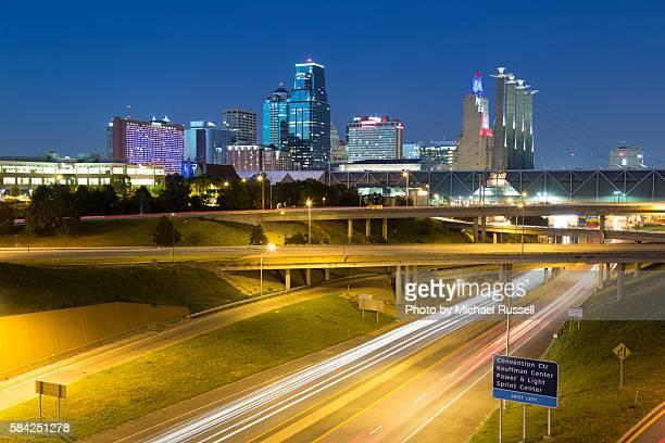 kc skyline traffic white streaks - kansas city missouri stock pictures, royalty-free photos & images
