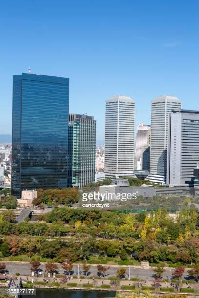 大阪城の敷地から見たビジネスパークのスカイラインビュー - 大阪ビジネスパーク ストックフォトと画像