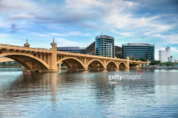 テンピアリゾナとミルアベニュー橋のスカイラインビュー - テンペ ストックフォトと画像