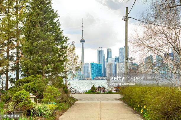 skyline view of toronto downtown from torono islands, ontario, canada - toronto - fotografias e filmes do acervo