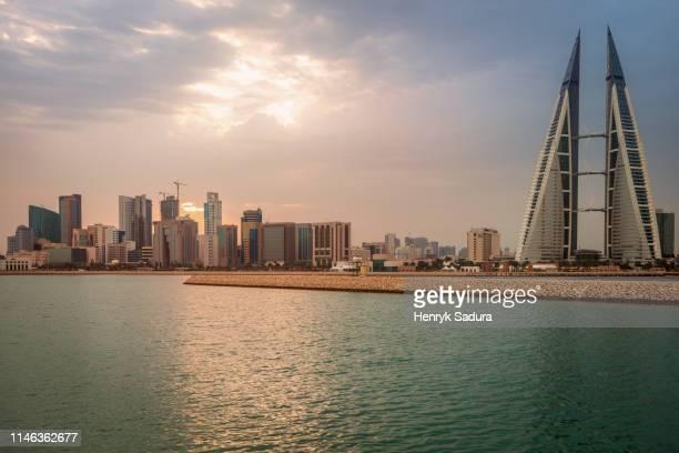 skyline with bahrain world trade center in manama, bahrain - bahrain stock-fotos und bilder