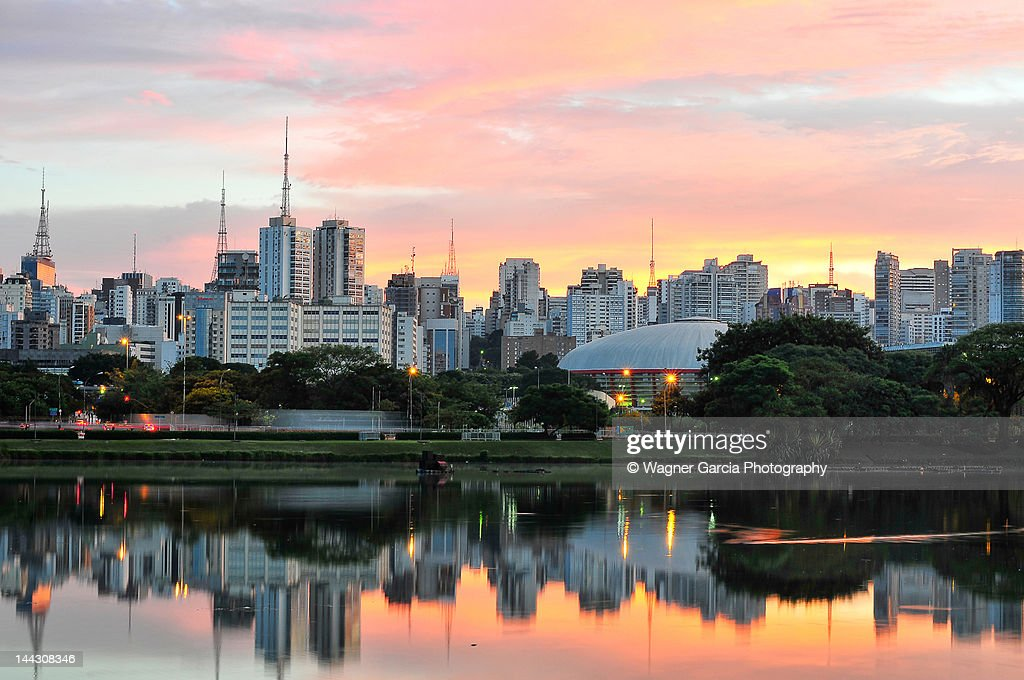 Skyline with reflections on lake at sunrise : Foto de stock