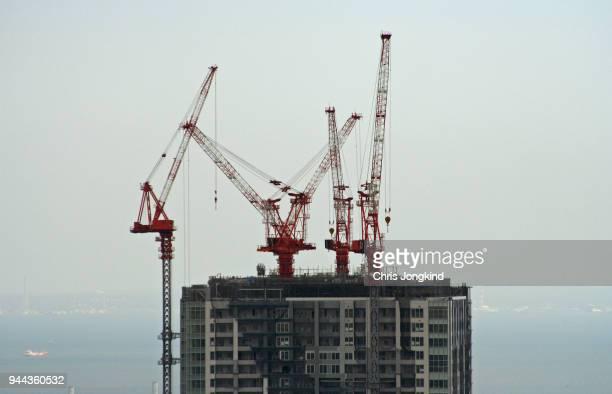 skyscraper construction cranes - 建設機械 ストックフォトと画像