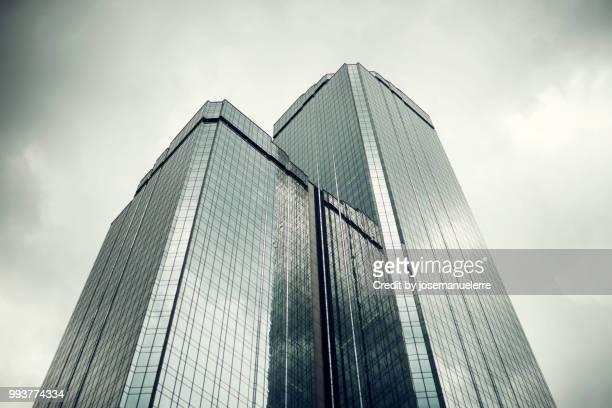 skyscraper from above - josemanuelerre fotografías e imágenes de stock