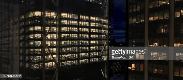 nyc skyscraper office view at night - turm bauwerk stock-fotos und bilder