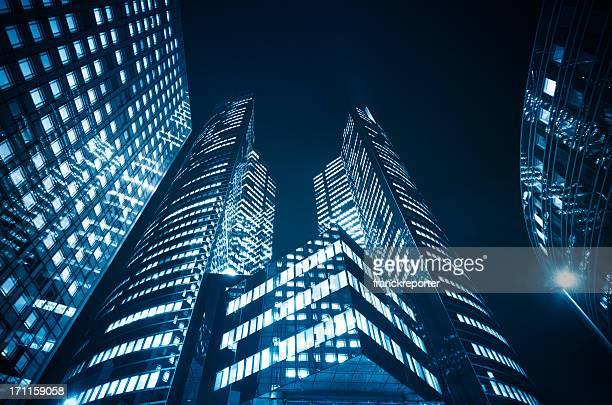 Gratte-ciels dans le quartier de la défense de la nuit