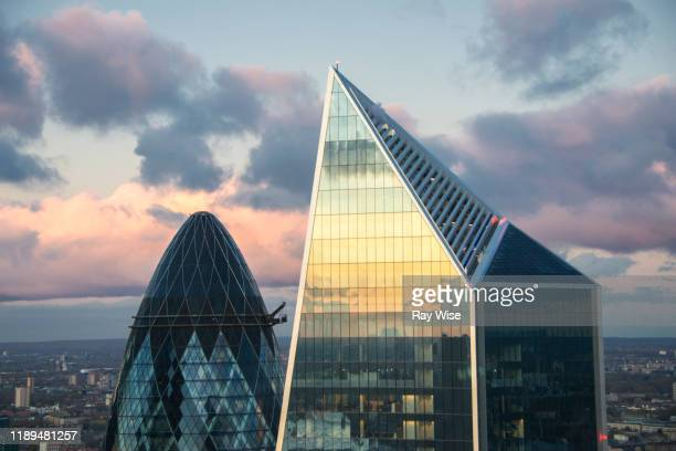 skyscraper tops in london at sunset - torenspits stockfoto's en -beelden