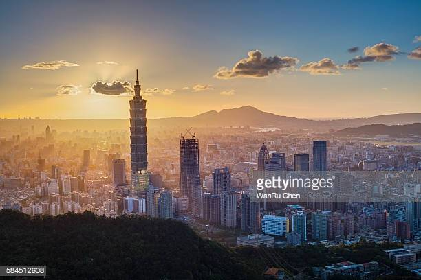 101 skyscraper under amazing sunbeam light in sunset in taiwan - taipei stock pictures, royalty-free photos & images