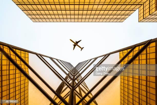 sky skrapa med flyg plans silhuett - luftfarkost bildbanksfoton och bilder