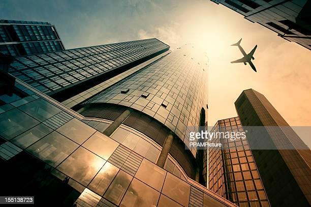 超高層ビルで、飛行機のシルエット