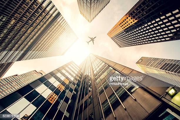 Rascacielos con un avión silueta