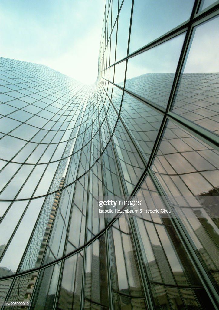 Skyscraper with glass facade, reflection, low angle view : Stockfoto