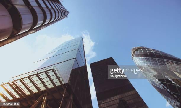 skyscrapers in canary wharf - canary wharf fotografías e imágenes de stock