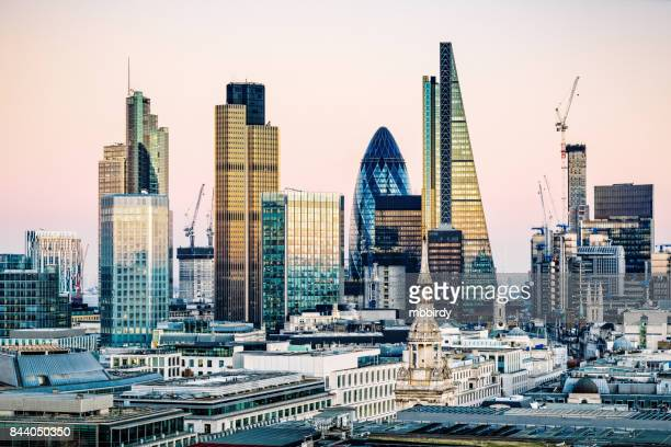 skyscrapers in city of london - horizonte urbano imagens e fotografias de stock
