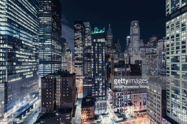 wolkenkrabbers in lower manhattan, new york - night stockfoto's en -beelden