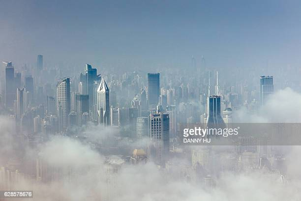skyscrapers in shanghai above the advection fog - smog china stock-fotos und bilder